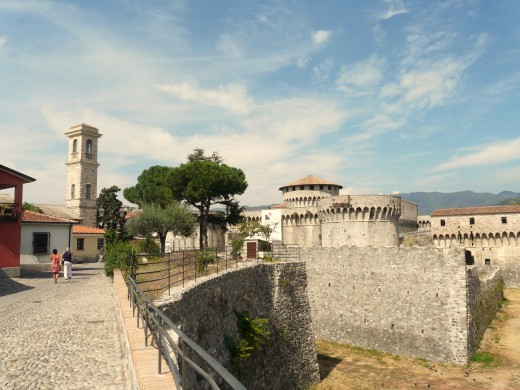"""""""Sarzana-fortezza di firmafede3"""" by Davide Papalini - Own work. Licensed under CC BY-SA 3.0 via Wikimedia Commons - https://commons.wikimedia.org/wiki/File:Sarzana-fortezza_di_firmafede3.jpg#/media/File:Sarzana-fortezza_di_firmafede3.jpg"""