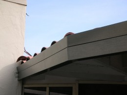 This is a very well disguised aluminum seamless gutter.  Photo courtesy of http://www.flickr.com/photos/copper-worx/655958802/
