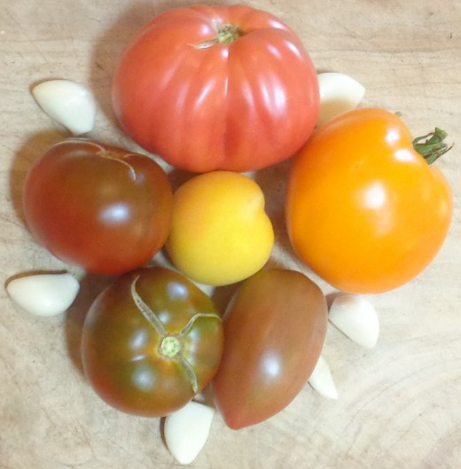 Heirloom tomatoes and raw garlic cloves