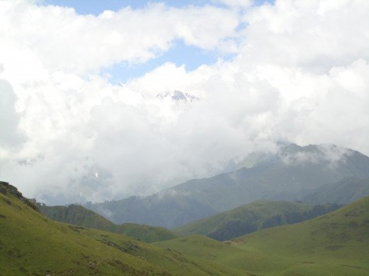 An alluring view of Banderpoonch Peak wrapped up in a blanket of clouds