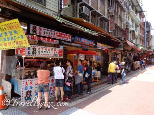 Wulai Old Street (烏來老街): Food galore... There were many stalls selling wild boar meat sausage