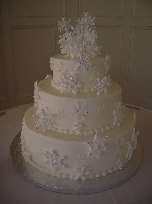 This snowflake cake is a lovely addition to a winter wonderland wedding.