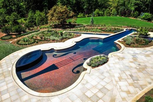 Look, a gigantic violin! Let me play it. Splash!
