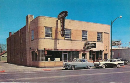 Redding's Cafe, 1950.  There was a small bowling alley below, and the Bus Depot was on the right.  Rapids' Cafe was across the street right of the photographer.