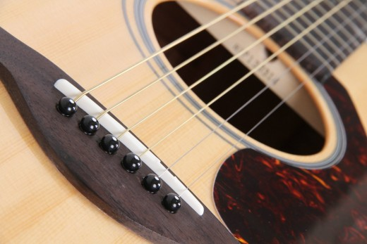 Affordable 6-string acoustic that is an excellent starter for beginners, the Yamaha FG700S is also a well built guitar with solid sitka spruce top, rosewood fingerboard, die-cast tuners. A great value buy.