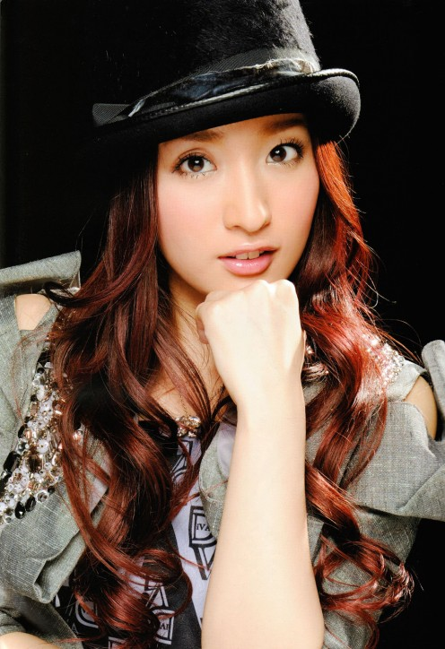 Ayaka Umeda seen in this picture was a member of the AKB48 sub-unit called DIVA. The last single that the group released is called Discovery.