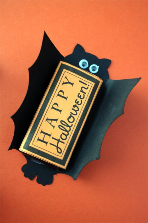 These foldable bat candy bar covers will delight your trick or treaters!  These are easy to make and fun for everyone.
