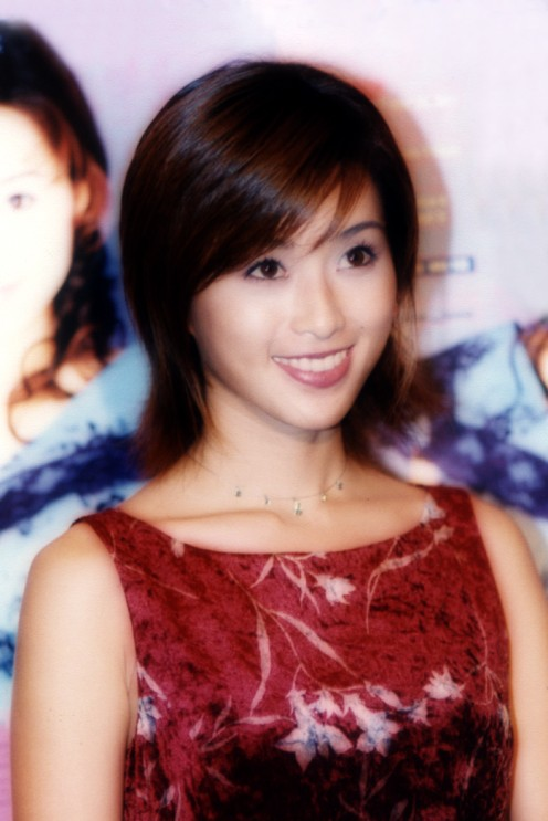 Even with short hair, Noriko Sakai shows that she is very beautiful! She is seen here in Hong Kong during a tour and an event.