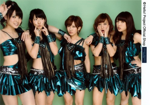 Chisato Okai, one of my favorite members of the group is at the center. Next to her is Mai Hagiwara.