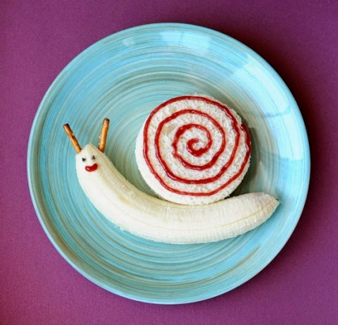 The snail Not hard to have a snail? Parents need only prepare 1 banana, 1 sandwich, Strawberry Jam, chocolate sauce, bread sticks is enough.