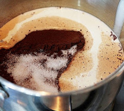 Step 1: first you get a small pot and add the fresh cream, cocoa powder and sugar and stir then set up the kitchen heated until the sugar melts completely, the mixture becomes homogeneous.