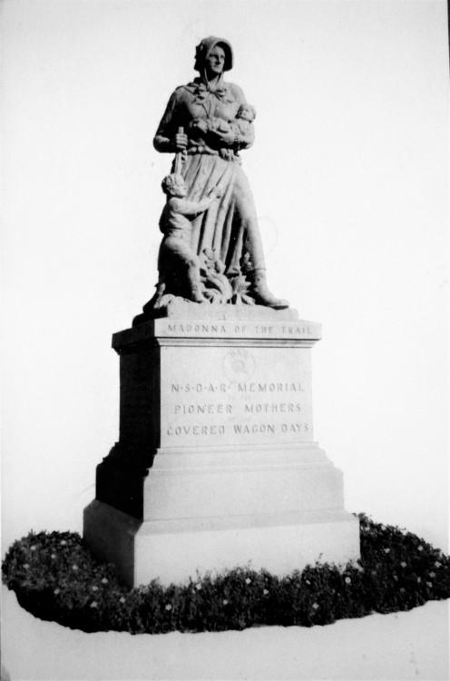 Monument in Lamar Colorado to Pioneer Women
