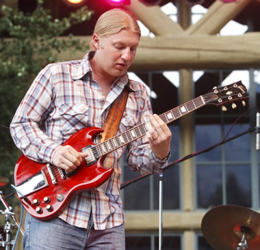 Derek Trucks playing an SG