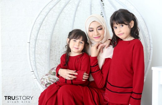Mother and daughter wearing red baju kurung moden
