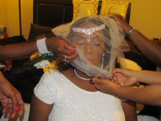 After Chante, had dressed it was time for the final touch with the crowning of the veil.