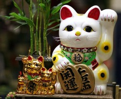 What Does The Waving Cat Mean At Chinese or Japanese Restaurants - The Lucky Fortune Cat