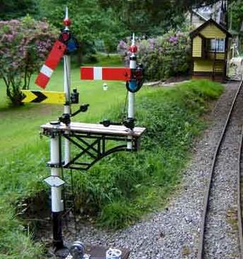 Lower quadrant garden railway bracket signal