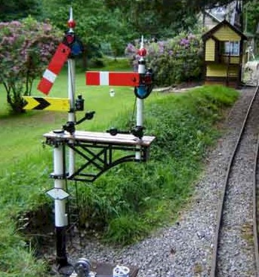 Lower quadrant garden railway bracket signal