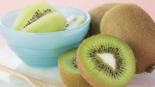 A kiwifruit makes a useful garnish as its flesh does not discolor and supplies a s much Vitamin C as an orange.