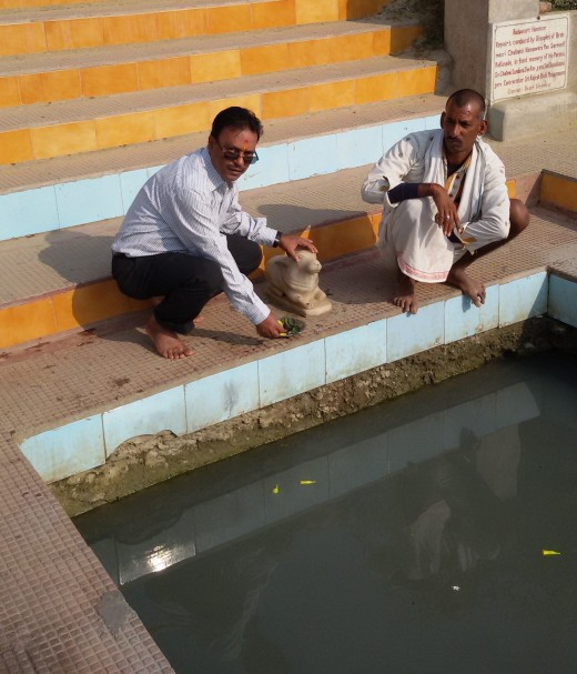 A devotee at the Kund with offerings