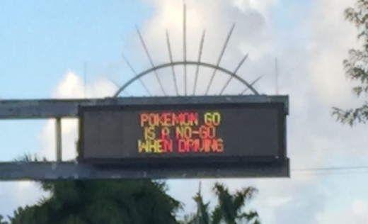 A warning in Florida stating you cannot play to Pokémon Go when driving. In many cities these warnings have been installed, as some people used to cause incidents because they were playing when driving.