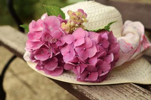 Un sombrero decorado con hortensias rosas para un evento del desfile de Pascua.