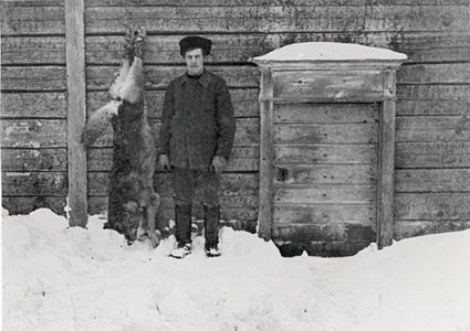 "Farmer Ilmari Takkala and ""the last wolf in Central Finland"" he killed in Karstula in 1911"