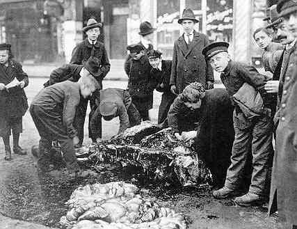Starving Berliners cutting up a dead horse for food - 1917 Imperial War Museum