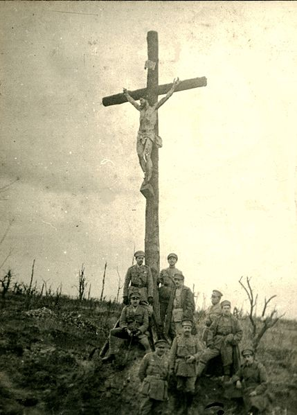 Portuguese soldiers besides the Christ of the Trenches.