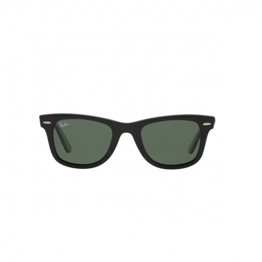 Classic sunglasses in the Wayfarer style from Ray Ban.