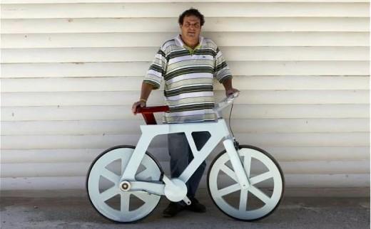 Izhar Gafni with his cardboard bike [Image credit: Reuters / Baz Ratner]