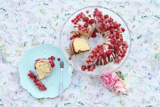 Bundt cake with fresh raspberries