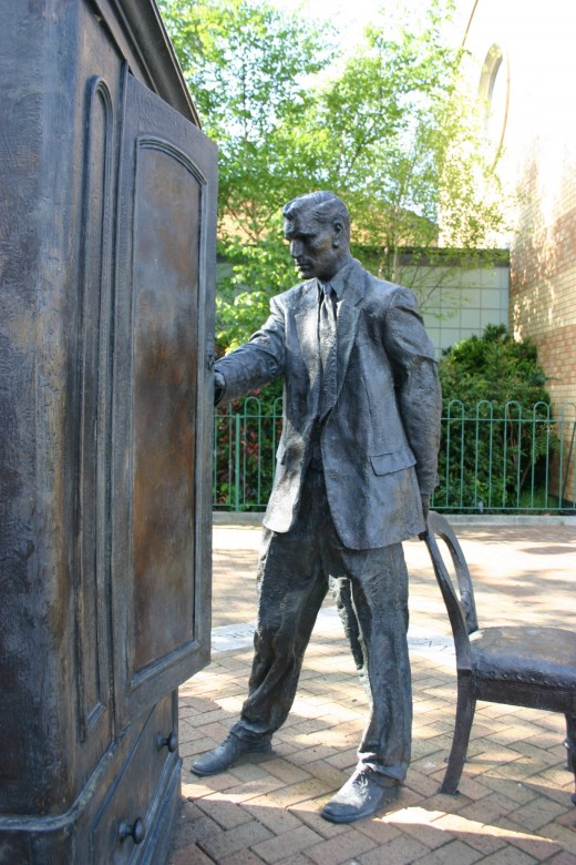Statue of C. S. Lewis looking into a wardrobe. Entitled The Searcher by Ross Wilson (From commons.wikimedia.org)