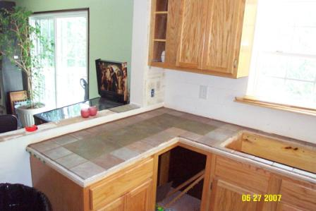 Building and tiling a countertop in progrss