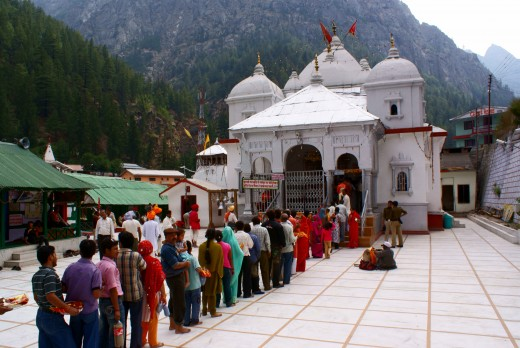 devotees waiting for their offering at the temple of Ganga at Gangotri