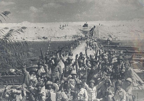 Egyptian soldiers at the crossing of the Suez Canal.