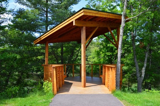 This resting booth constructed of cedar wood makes an excellent architectural idea for a sunny pathway.