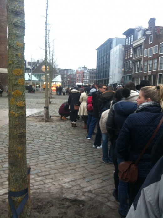 The museum entrance is round the corner of the black building on the right of the picture. Queueing can take 3-4 hours.