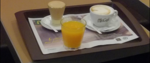 Orange juice is a healthy choose at McDonald's, maybe the only one which is 100% healthy. Combined with coffee, it is a good breakfast, even if small (a little pastry may be added, or coffee cream, like in this photo).