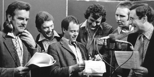 In 1980, Douglas Adams has a read through of his original radio series with several cast members. David Tate, Alan Ford, Geoffrey McGivern, Adams, Mark Wing-Davey, Simon Jones