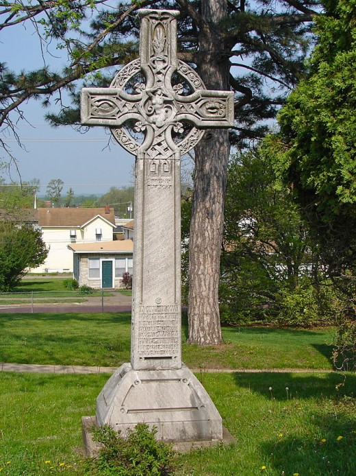 Celtic Cross designed by Alexander Stirling Calder in Chippiannock Cemetery.