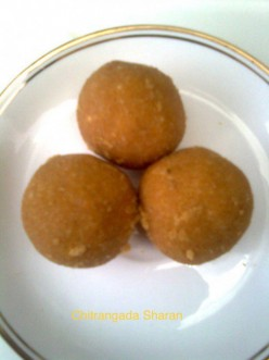 Indian Wedding and Festival Sweets : Suji-Besan Laddoo (Gram Flour-Semolina Ball)