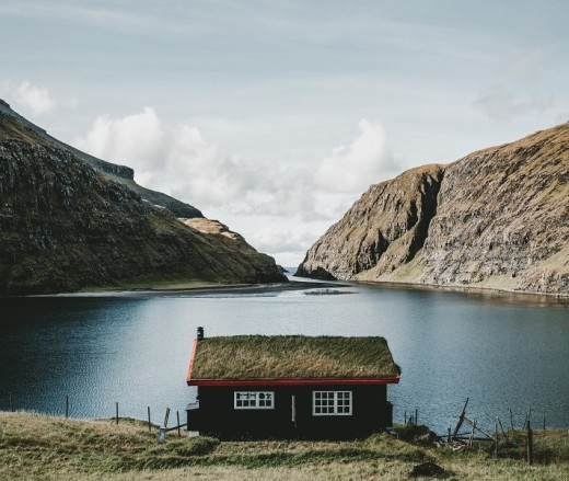 The peaceful atmosphere of the Faroe Islands attracts overseas visitors.