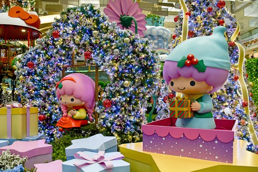 Singapore Changi Airport is nowadays also very popular with Singaporeans and tourists alike for its elaborate Christmas set pieces. This is the 2017 Sanrio Wonderland setup.