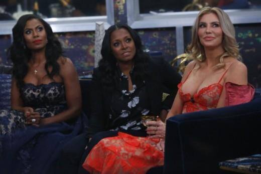 Keshia sitting between Omarosa and Brandi in the Big Brother living room