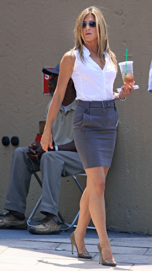 Jennifer Aniston in a pencil skirt and high heels on the set The Bounty Hunter