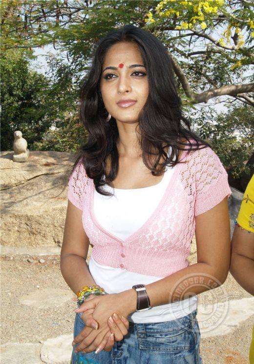 Bereft of all make-up she still looks desirable, our Anushka