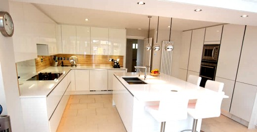 Glossy handleless cabinets (Photo cropped)