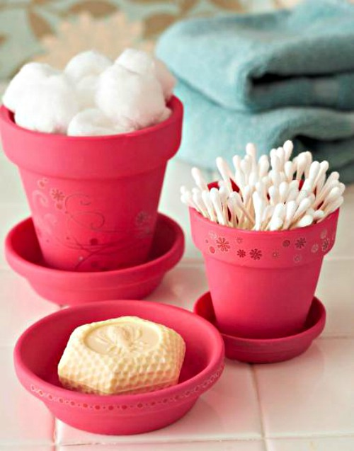 Decorate flower pots and use them in the bathroom.