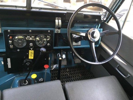 Series III dashboard is the same in 88 inch or 109 inch models, fairly basic but not as basic as the Series IIA